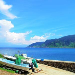 ボートのある海辺の風景。