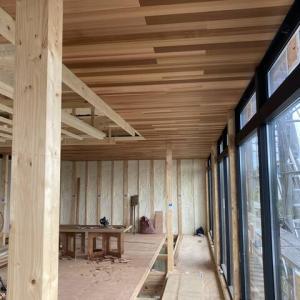 天井板貼り・階段・造作に取り掛かっています