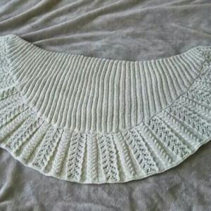 ケーブルと透かし編みの半円ストール 完成♪