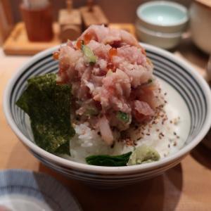 行列のできる海鮮丼『つじ半』