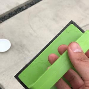 コンクリート駐車場のタイヤ痕除去には『外壁・玄関ブラッシングスポンジ・AZ655(アズマ工業)』がおすすめ!実際の消し方・汚れ消し効果を写真付きでレビュー