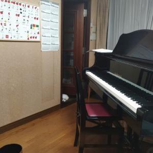 電子ピアノとアップライトピアノ