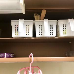 キッチンのシンク上の棚に一番たまるモノとは? 捨てるだけでキッチンの収納棚がスッキリするコツ