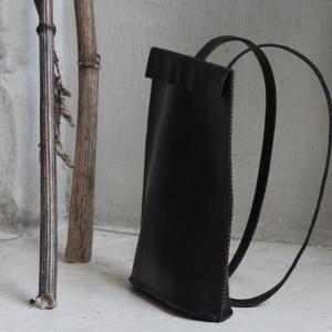 女性アーティストがハンドメイドで作るミニマルなレザーバックパック【Your Leather Ob