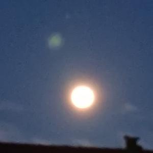午前五時、西に没する前の満月