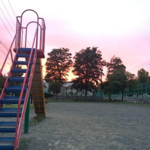 黄昏時の誰もいなくなった公園はちょっと寂しいけど、明日はお天気かな