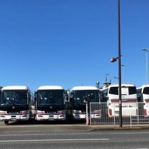 観光バスと乗用車、それぞれの密