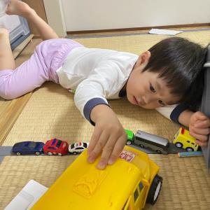 車のおもちゃで一人遊び。