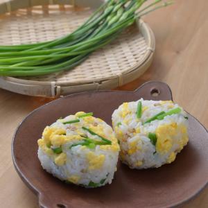 ハナニラと炒り卵のおにぎり
