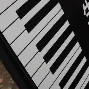 ピアノの先生も知らない!?白鍵・黒鍵の「秘密」を教室看板に埋め込んでみた件♪
