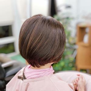 髪の毛を地肌から浮かせるキュビズムカット
