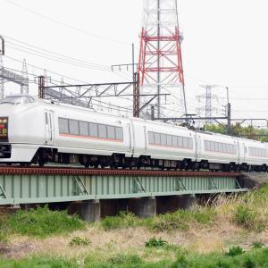 高崎線」小山川橋梁の651系