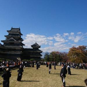 国宝松本城居合道演武と外国人とのコミュニケーション…