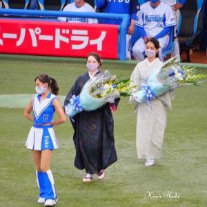 神宮球場「横浜DeNA×巨人」戦 -奄美DAY-で大島紬美人2名がマウンドに登場!