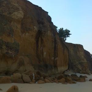 奈多海岸は砂の断崖を背にサーフフィッシング