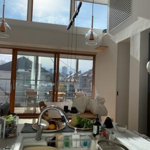 高窓からの直射日光が強烈で眩しすぎ