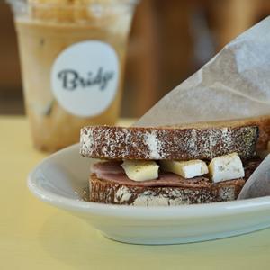 馬喰町カフェ:Bridge COFFEE&ICECREAM|ハムとブリーチーズのサンドイッチ