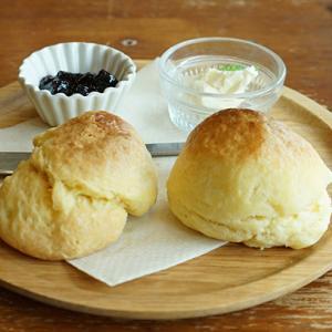 新宿カフェ:BOWLS cafe(ボウルズカフェ) 自家製スコーン (ブルーベリージャム)
