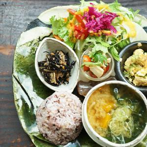 護国寺カフェ:トモリcafe|お総菜プレート(洋風鶏じゃが)とアイスコーヒー