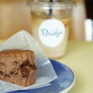 馬喰町カフェ:Bridge COFFEE&ICECREAM|チョコレートスコーン&アイスソイラテ