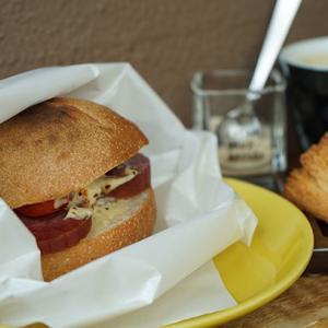 代官山カフェ:クリームパンドベイカーズ|人気急上昇!サラミ&ドライトマトサンドイッチ