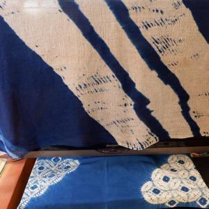 藍染めのストール、バッグなど