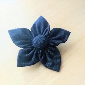 共布でお花ブローチ