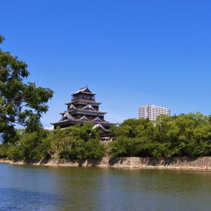 青空に浮かぶ広島城...