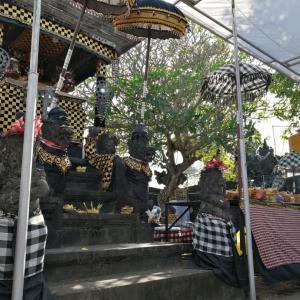 夫のオトナンとクルンクンの寺院でのオダランと