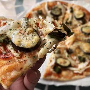 淡路島・ノラ's caféの自家製ピザが、うんめ〜🤤薄生地で、まわりはパリパリ系❗️チキンカレーはルー多めで満足ランチでした〜😆