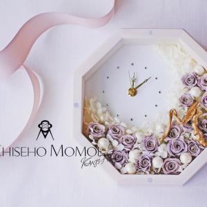 八角形の時計とバラの花、金色のイニシャルM