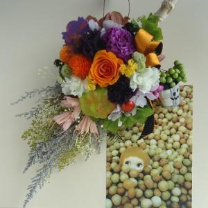ハロウィンのスワッグ☆にぎやか、ハロウィンカラーのお花を盛りだくさん、魔女のほうきみたいな形に