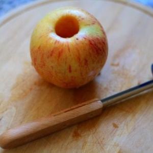 りんごの芯をくり抜き焼きりんご