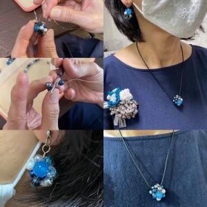 日曜日のかぎ針で編むワイヤーアクセサリー体験会天然石カルセドニーがポイント️紺とグレーが大...