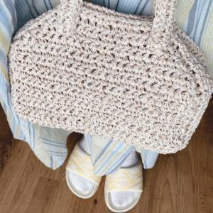ずーっと前に編んだバッグがこの雰囲気に合ってる気がするrara.yではオンラインで編...