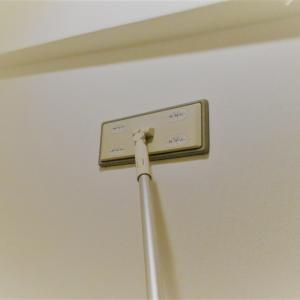 アレルギー対策・壁と天井のホコリをクイックルワイパーで掃除
