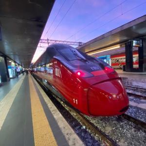 深紅の流線型のボディー ミラノ中央駅
