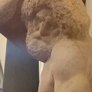 体の屈曲は苦悩の表れか 髭の囚人 アカデミア美術館 フィレンツェ