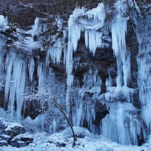 凍てつく寒さに映える氷柱 ~三十槌の氷柱~