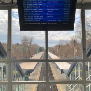 朝のラッシュアワーの閑散とした駅。
