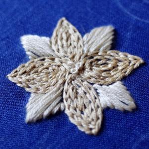 アイボリー系の花刺繍