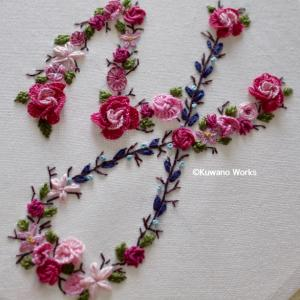 アルファベット花刺繍