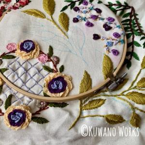 刺繍モチーフをつなぐリーフ柄