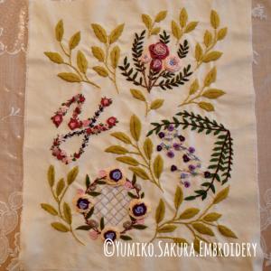 4つのオリジナル刺繍モチーフを、リーフ刺繍でつなげてみました。