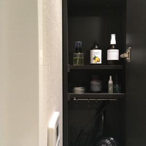 ミニマリストの洗面所の棚の中とスキンケア。