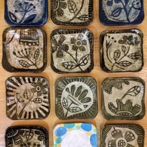ウレヒめぐみ さんの陶器の四角い小皿と大皿