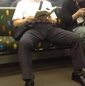 男に多い迷惑な座り方