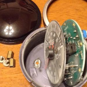壊れた電圧計を開封してみた