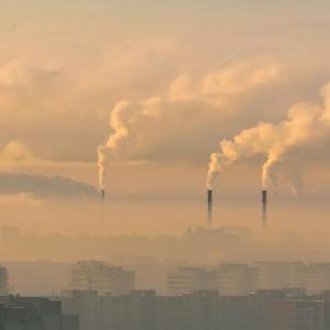 空気の汚れた都市でウイルスが蔓延と不健康な人の死亡率