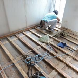 コンクリートの家の床を断熱リノベ 住まいの足元の改善